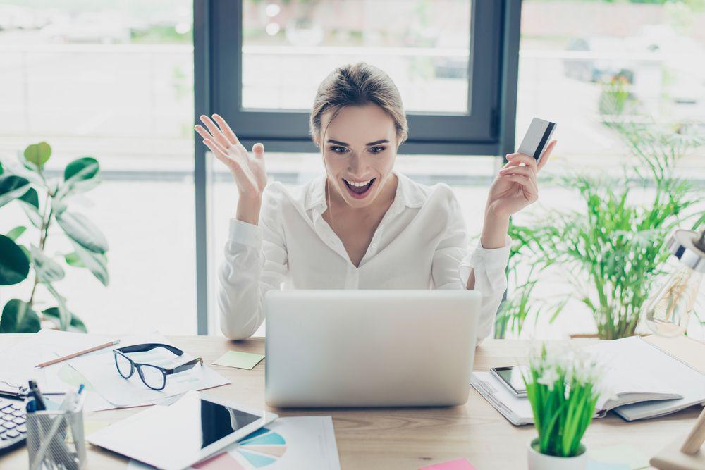 Mujer consigue crédito fácil online