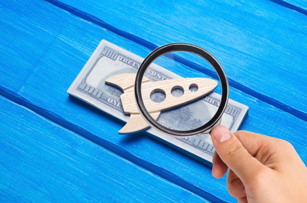 Mano analizando rapidez del préstamo de dinero