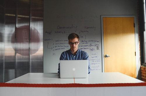 Emprendedor solicitando un minicrédito